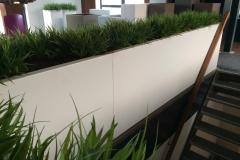 één lange aluminium plantenbak uit gelijke delen, juist één naad zichtbaar