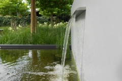 aluminium vijvermuur gepoedercoat in lichtgrijs met RVS waterval